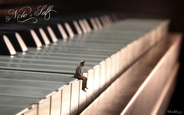 ピアノの鍵盤に人物が乗っているような合成写真を作る方法