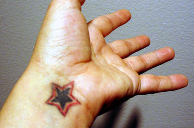 人物写真からタトゥーを消し去る方法