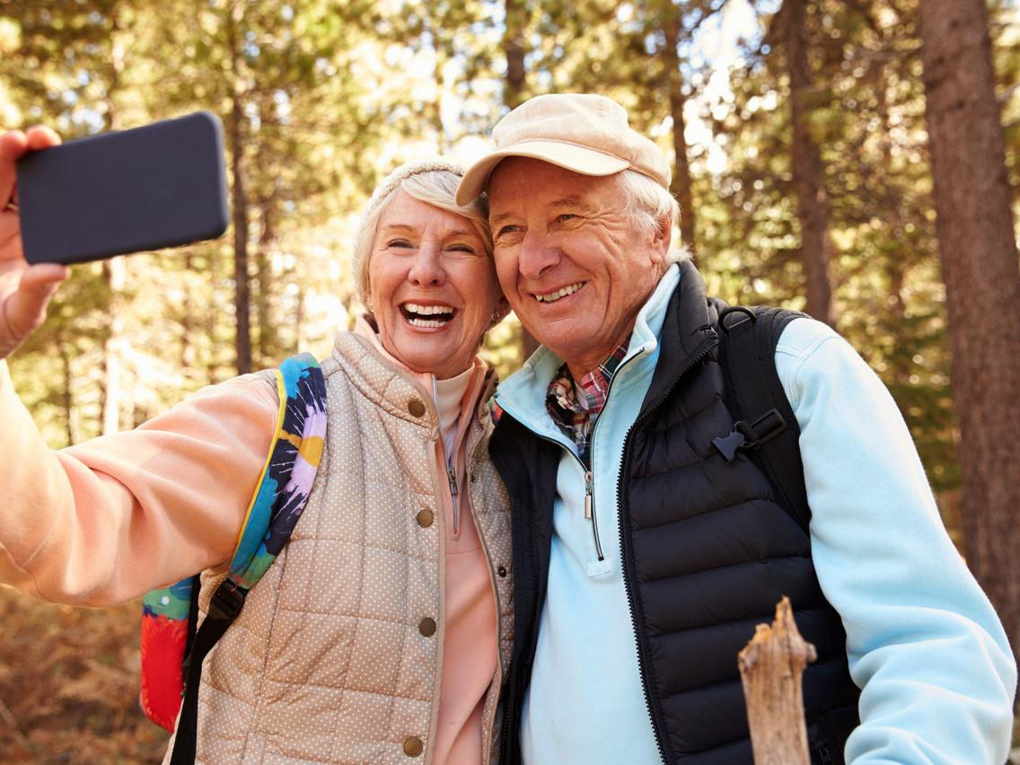 60代のネット利用率は7割超!高齢者のインターネット利用状況がわかる最新データを解説
